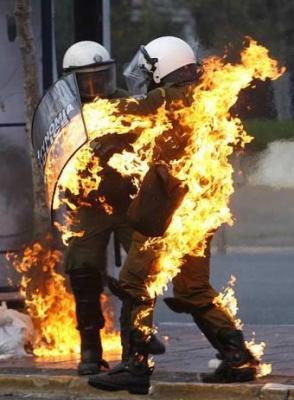 20081213163148-cocteles-molotov-agentes-policia-grecia-1-.jpg