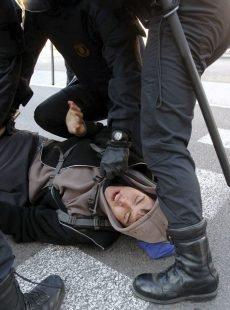 Los Mossos d'Esquadra desalojaron al centenar de estudiantes que permanecían encerrados en el edificio histórico de la UB, para protestar contra el 'Plan Bolonia'
